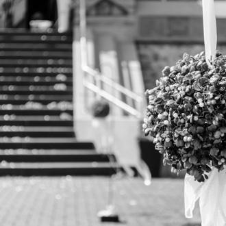 Blumenstrauß vor Kirche